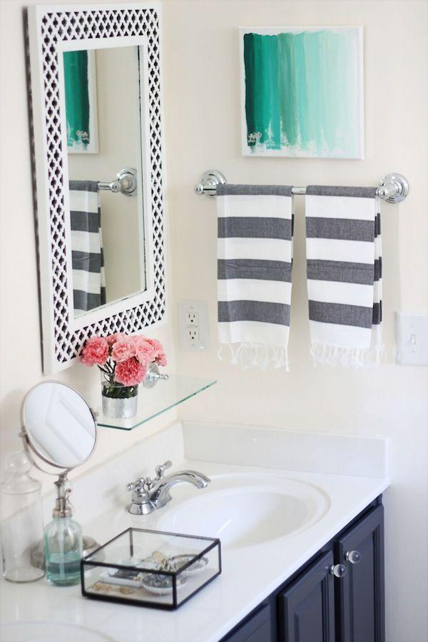 "Foto: Reprodução / <a href=""http://www.twodelighted.com/2012/02/20/my-painted-bathroom-vanity-before-and-after/"" target=""_blank"">Two delighted</a>"