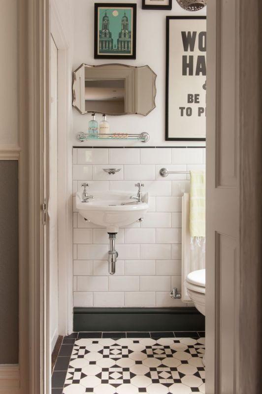 "Foto: Reprodução / <a href=""http://www.houzz.com/photos/22075480/Vintage-Bath-with-Black-White-Tile-traditional-powder-room-other-metro"" target=""_blank"">Houzz</a>"
