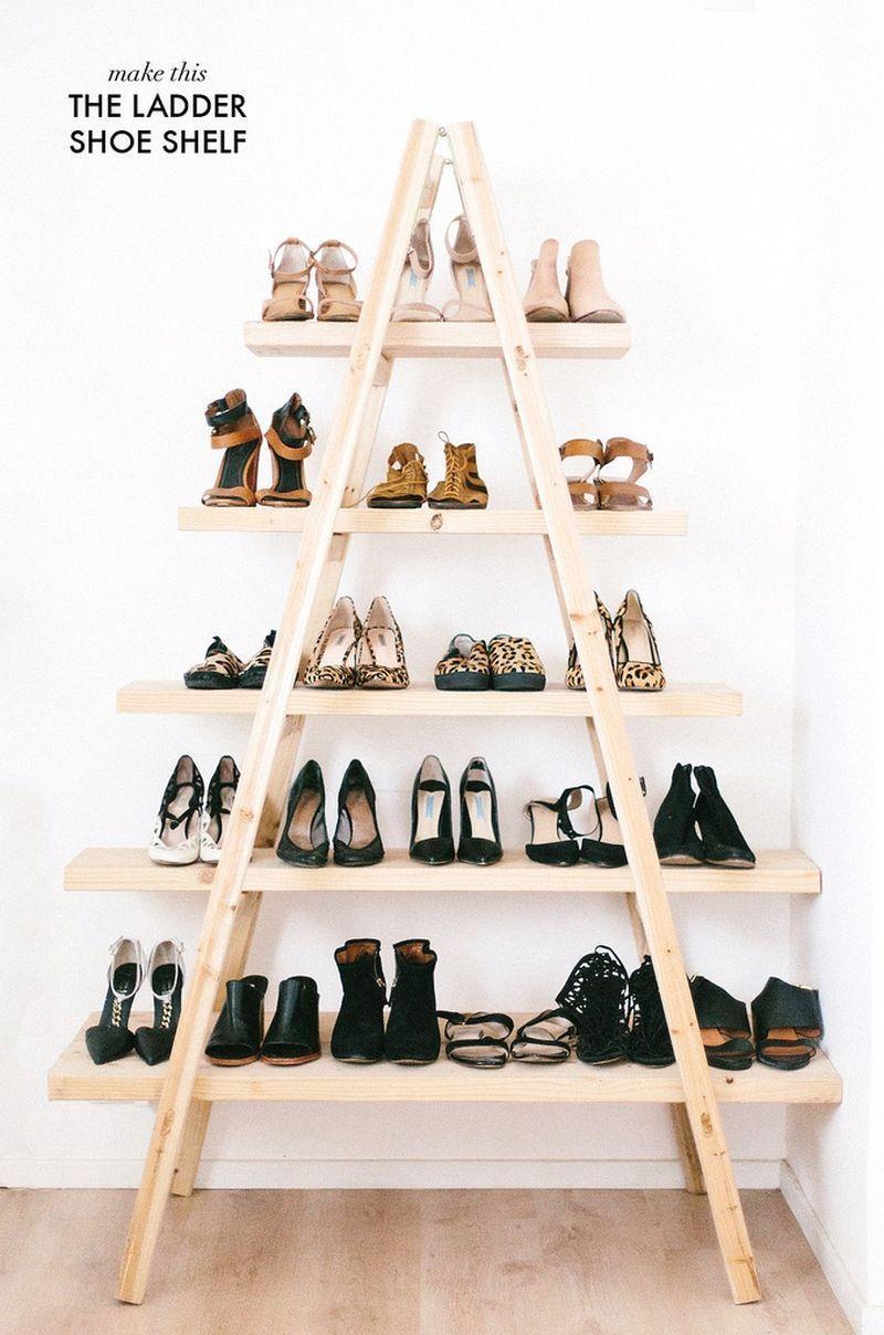 """Foto: Reprodução / <a href=""""http://apairandasparediy.com/2015/02/diy-ladder-shoe-shelf.html"""" target=""""_blank"""">A pair and a spare</a>"""