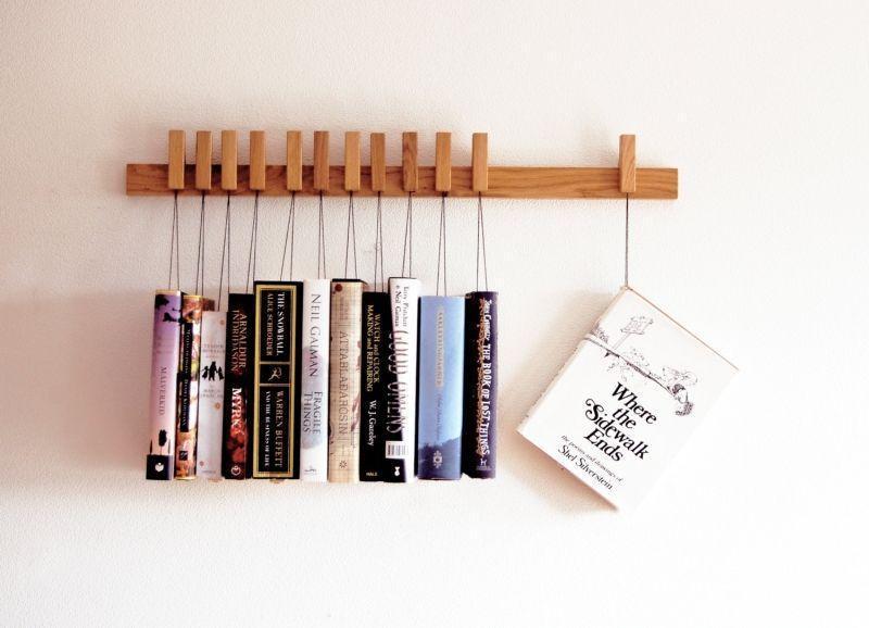 "Foto: Reprodução / <a href=""https://www.etsy.com/listing/95662481/custom-made-wooden-book-rack-bookshelf"" target=""_blank"">Etsy</a>"
