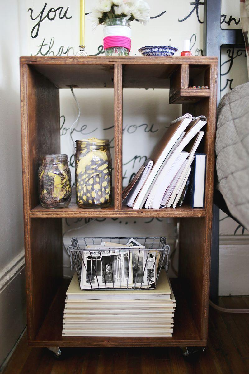 "Foto: Reprodução / <a href="" http://www.abeautifulmess.com/2013/04/bedside-table-diy.html"" target=""_blank"">A beutiful mess</a>"