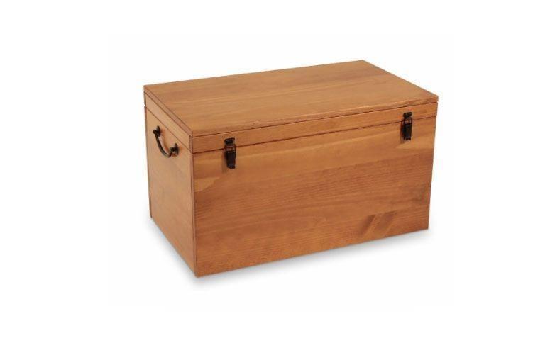 """Baú Keep caramelo por R$ 399,00 na <a href=""""https://www.meumoveldemadeira.com.br/ambientes/quarto/quarto-de-casal/bau-grande-keep-caramelo"""" target=""""_blank"""">Meu móvel de madeira</a>"""