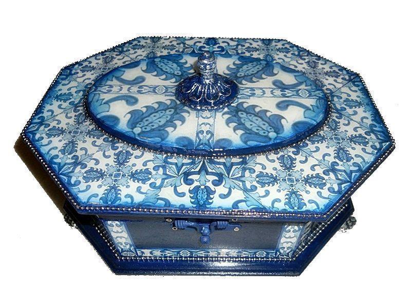 """Porta Joias por R$130 na <a href=""""http://www.elo7.com.br/porta-joias-em-arte-azulejo-portugues/dp/390AC9#hsn=0&df=d&uso=o&smk=0&pso=up&osbt=b-o&srq=1&sv=0"""" target=""""blank_"""">Elo 7</a>"""