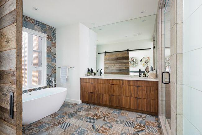 """Foto: Reprodução / <a href=""""http://www.crdecoration.com/blog-decoration/decoration/maison-contemporaine-a-la-decoration-brute/photo/salle-de-bain-carreaux-de-ciment-2"""" target=""""_blank"""">CR Decoration</a>"""