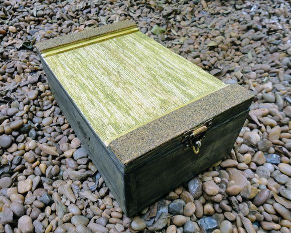 """Caixa pequena por R$58,40 na <a href=""""http://www.elo7.com.br/caixa-pequena-em-madeira/dp/5E3C8E#hsn=0&df=d&uso=d&smk=0&pso=up&osbt=b-o&ss=0&sv=0"""" target=""""blank_"""">Ateliê Tudo é Arte</a>"""