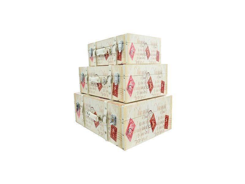 """Kit maleta decorativa por R$649,90 na <a href=""""http://www.girafaazul.com.br/product/85394"""" target=""""blank_"""">Girafa Azul</a>"""