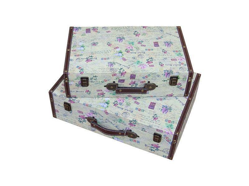 "Conjunto de malas por R$352,40 na <a href=""https://www.carrodemola.com.br/produtos/5217/conjunto-malas-2-pecas-carte-postale-madeira-30x45-cm"" target=""blank_"">Carro de Mola</a>"