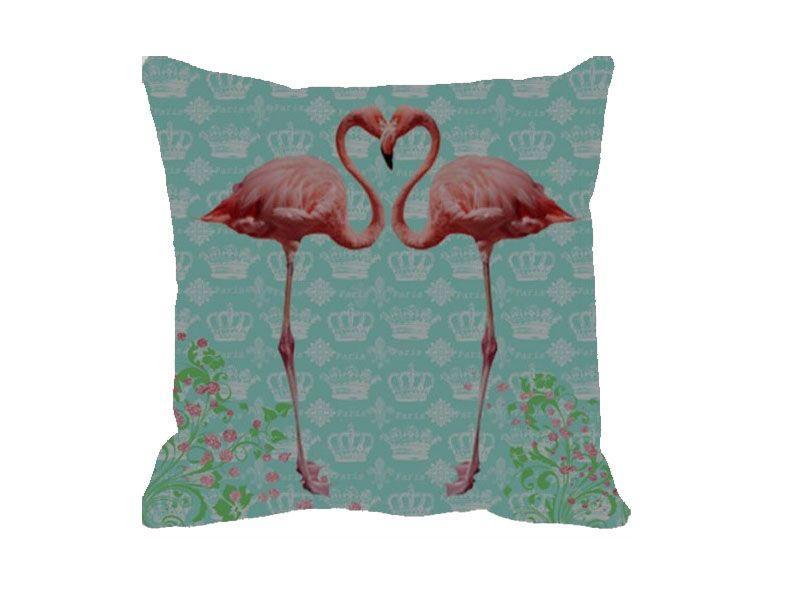 """Almofada Flamingo Love por R$64 na <a href=""""https://www.popdecor.com.br/quarto/almofada-flamingo-love.html"""" target=""""blank_"""">Pop Decor</a>"""