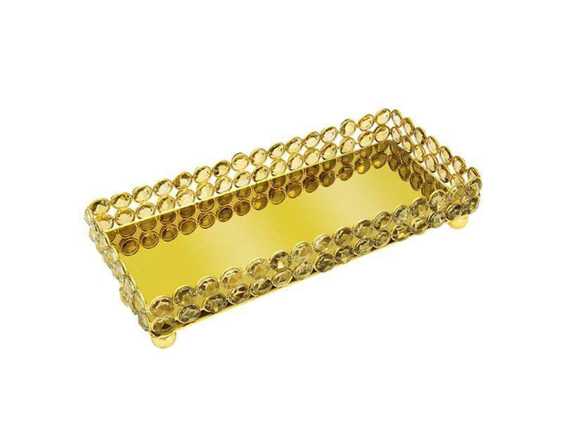 "Bandeja Crystal dourada por R$270,82 na <a ref=""https://www.carrodemola.com.br/produtos/30724/bandeja-crystal-longa-dourada-metal-27x12-cm"" target=""blank_"">Carro de Mola</a>"