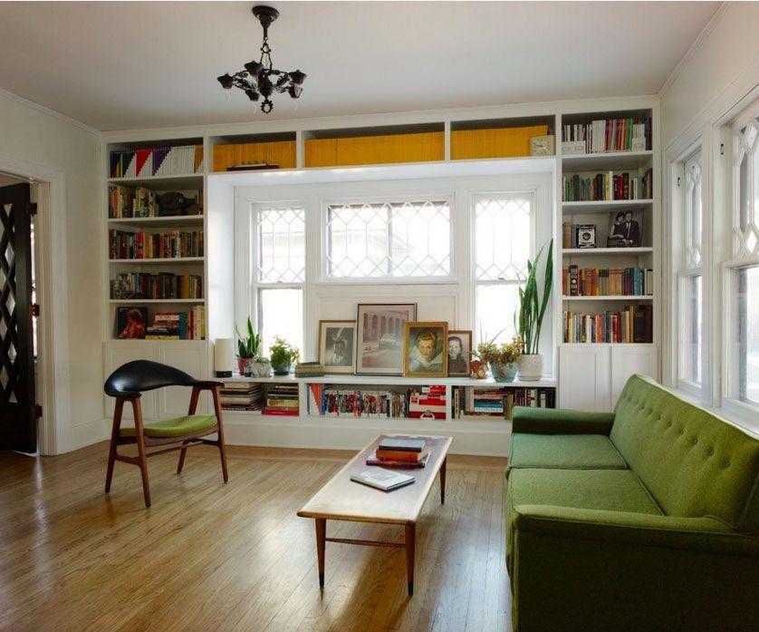 "Foto: Reprodução / <a href=""http://keepsmilinghome.blogspot.com.br/2011/10/before-after-living-room-shelves.html"" target=""_blank"">Keep Smiling</a>"