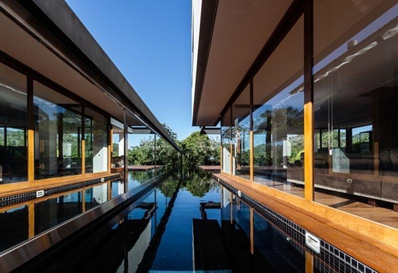 "Deck de madeira para piscina | Foto: Reprodução / <a href=""http://marchettibonetti.com.br/site/"" target=""_blank"">Marchetti Bonetti+</a>"