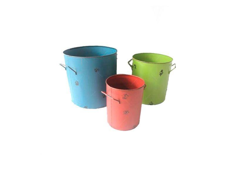 """Set com 4 Cestos Organizadores Colors por R$565,94 na <a href=""""https://www.carrodemola.com.br/produtos/32995/conjunto-latoes-coloridos-3-pecas-ferro-38x33-cm"""" target=""""blank_"""">Carro de Mola</a>"""