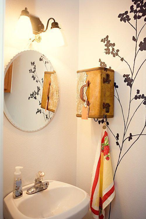 """Foto: Reprodução / <a href=""""http://www.designsponge.com/2012/01/diy-project-suitcase-vanity-towel-holder.html"""" target=""""_blank"""">Design Sponge</a>"""