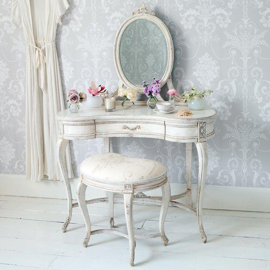 """Foto: Reprodução / <a href=""""http://www.frenchbedroomcompany.co.uk/delphine-distressed-painted-dressing-table"""" target=""""_blank"""">French bedroom company</a>"""