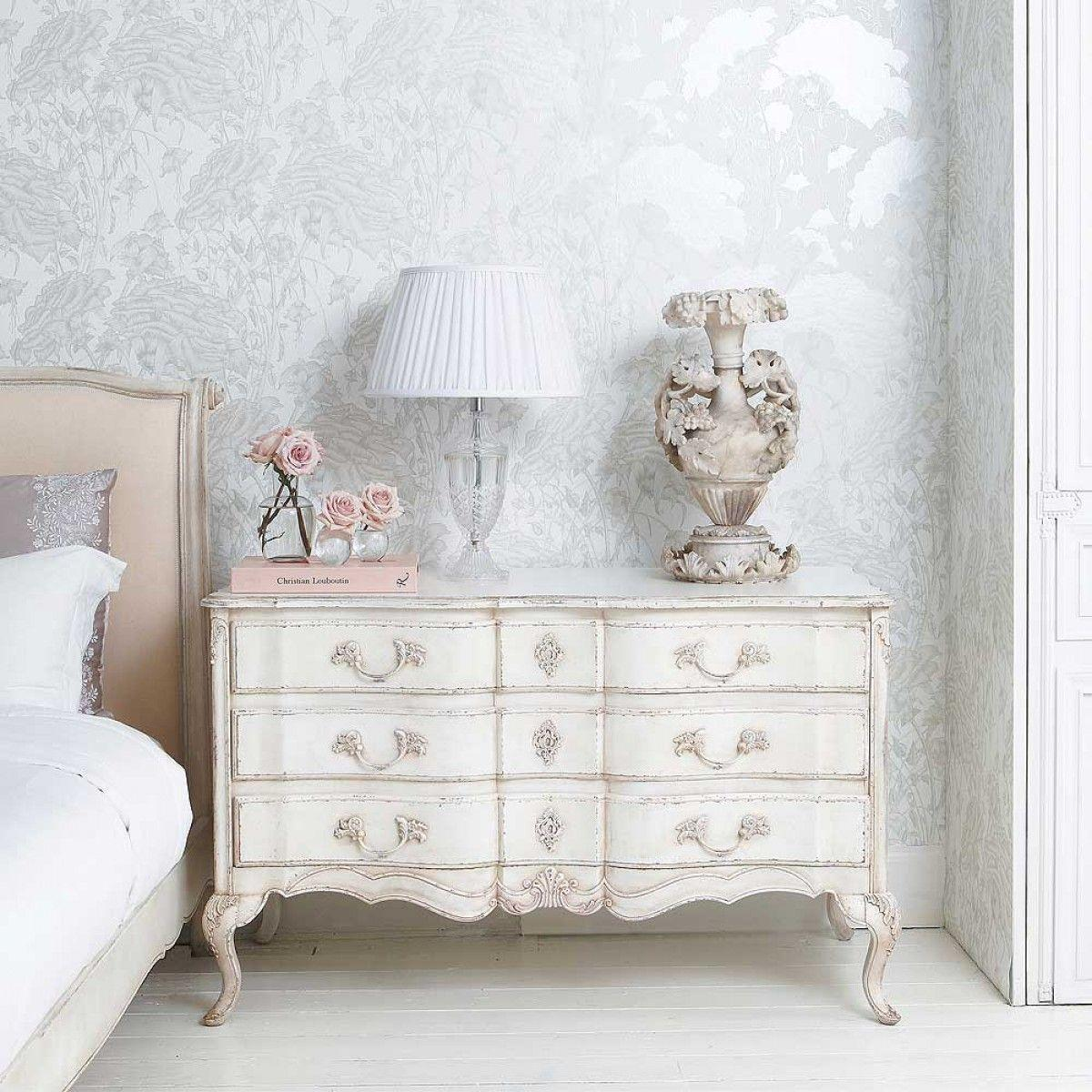 "Foto: Reprodução / <a href=""http://www.frenchbedroomcompany.co.uk/delphine-distressed-painted-chest-of-drawers"" target=""_blank"">French bedroom company</a>"