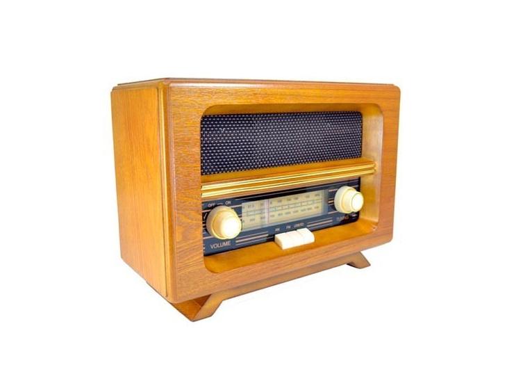 """Rádio retrô por R$ 1100 na <a href=""""http://www.lojaspatt.com.br/pd-ceb1a-radio-de-mesa-retro.html?ct=e13fe&p=6&s=1"""" target=""""_blank"""">Lojas Patt</a>"""