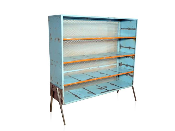 """Estante de metal azul por R$ 3.500 na <a href=""""http://www.desmobilia.com.br/produto/blue-steel-1149 """" target=""""_blank"""">Desmobília</a>"""
