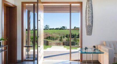 Portas pivotantes: investimento moderno para projetos sofisticados e cheios de estilo