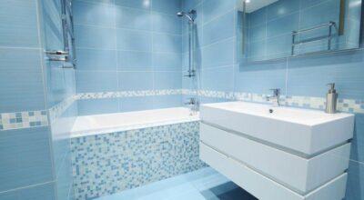Direto do fundo do mar: delicadeza e muito charme em 30 banheiros azuis