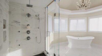 30 chuveiros de teto que transformam o visual dos banheiros