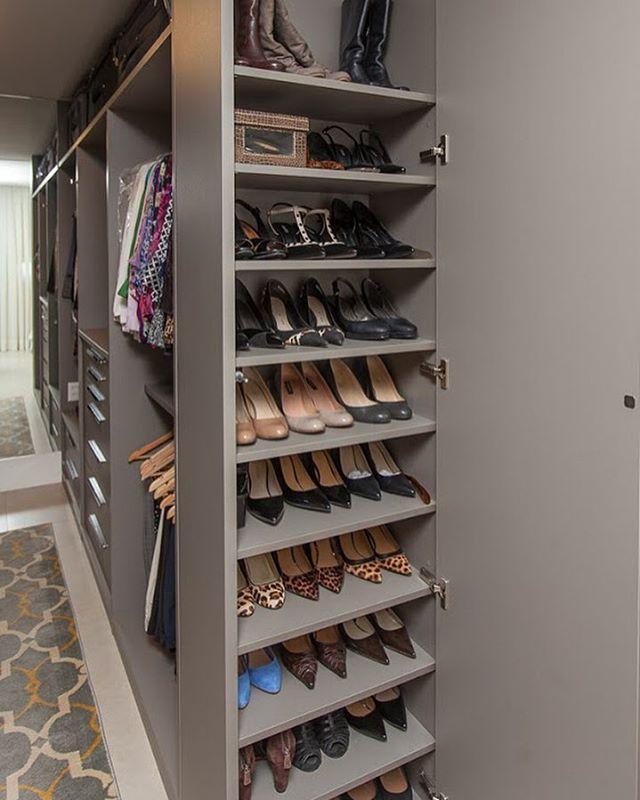 85 projetos de closet impec veis para organizar suas roupas for Modelos de zapateras en closet