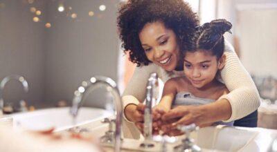 9 erros que proliferam bactérias em seu banheiro e você deve parar de fazer
