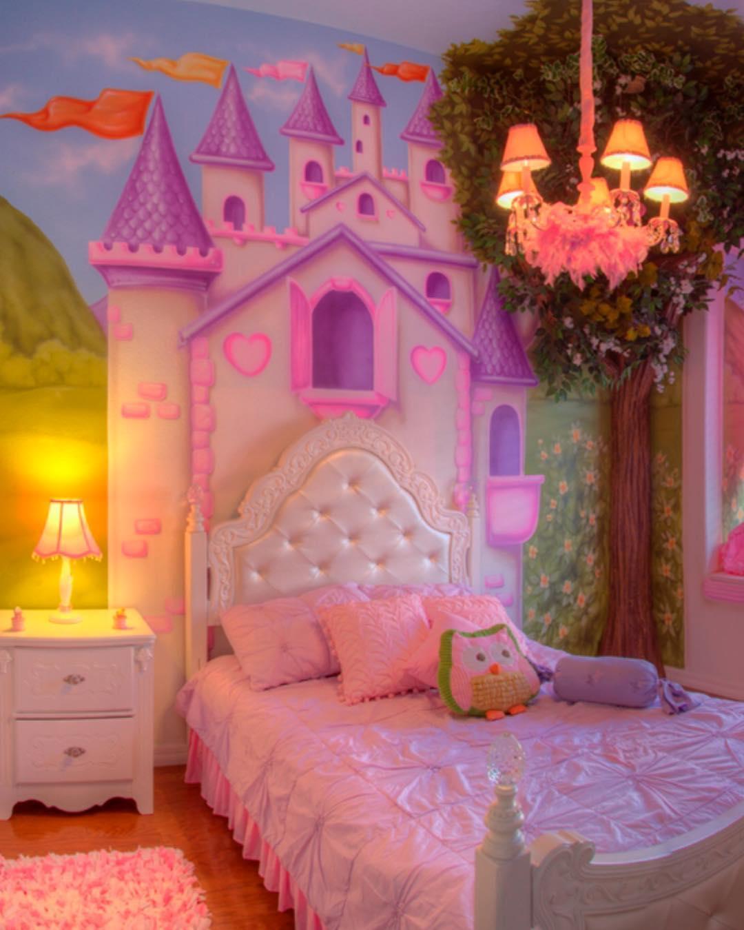 20. Quarto de princesa com papel de parede no teto
