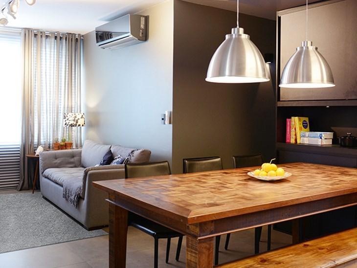 Toda a personalidade de um apartamento moderno e compacto de um casal de chefs de cozinha