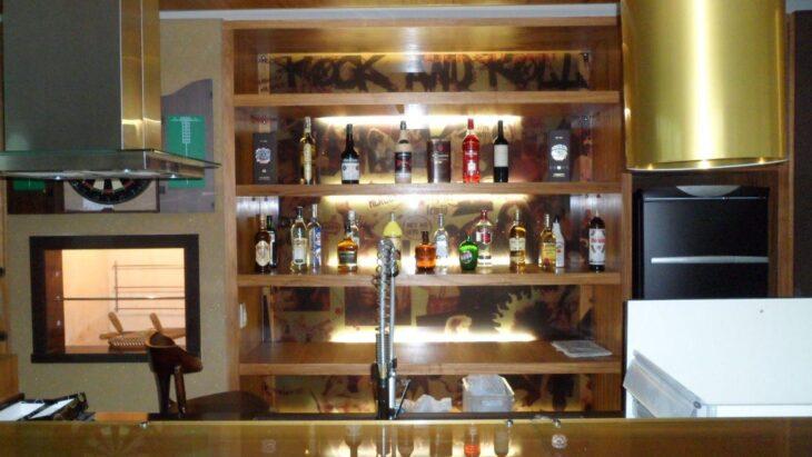 Mais Uma Série De Prateleiras Com Iluminação Especial Para O Bar