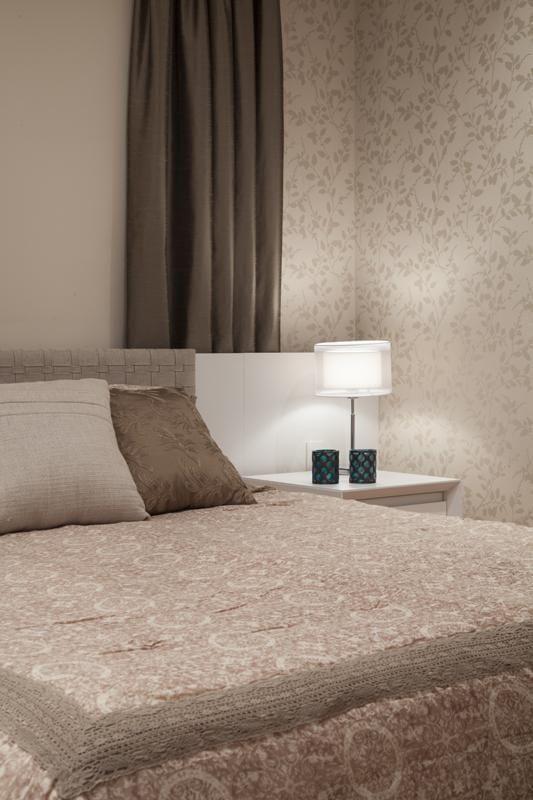 70 quartos de casal com papel de parede para te inspirar a decorar o seu