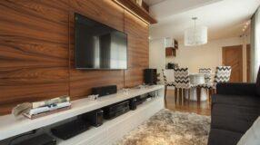 Apartamento ganha reforma e aposta em cores claras e clássicas