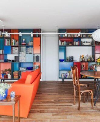 Apartamento com cores vibrantes e ambientes integrados