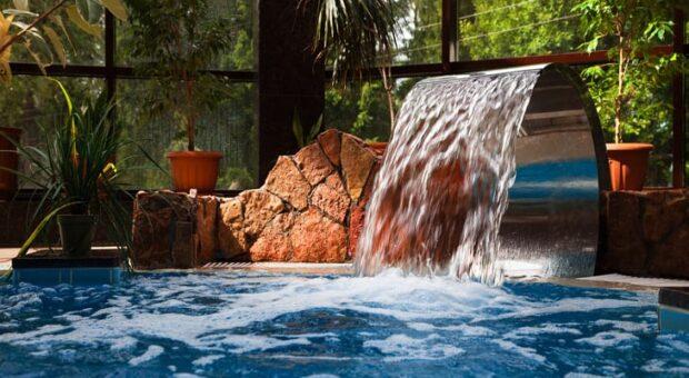 Cascata para piscina: tudo o que você precisa saber para ter uma