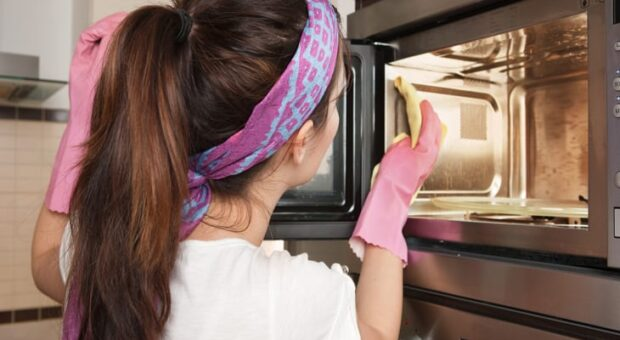 6 dicas rápidas e certeiras de como limpar o micro-ondas