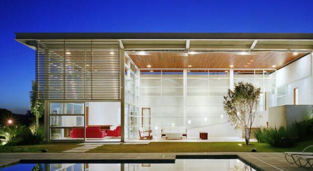 Parede de vidro deixa a arquitetura moderna e com visual de tirar o fôlego