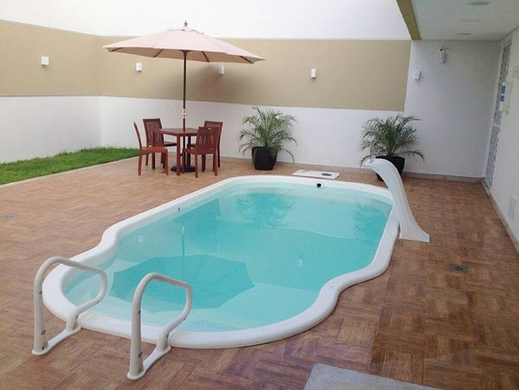 Piscinas de fibra 50 fotos que v o conquistar o seu cora o Fotos piscinas para espacios pequenos
