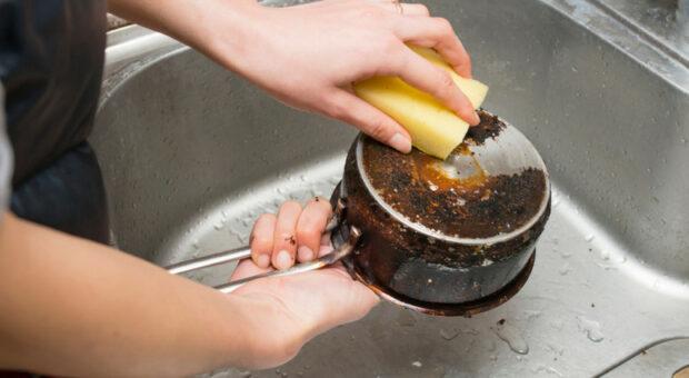 Como limpar panela queimada: 11 métodos e dicas infalíveis