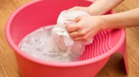 Como tirar graxa de roupa: 5 métodos caseiros e sem complicações