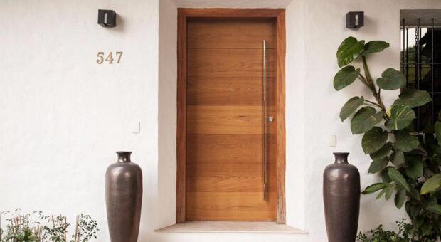 80 modelos de portas de entrada de madeira para transformar sua casa