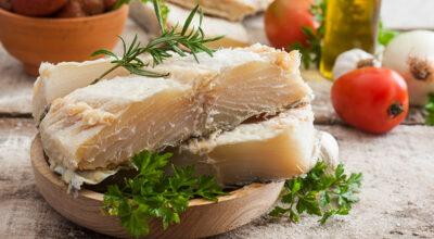 Como dessalgar bacalhau: passo a passo e 5 formas práticas