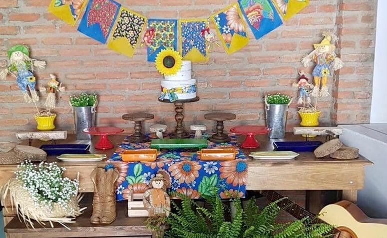 Decoraç u00e3o de festa junina 90 ideias coloridas e criativas -> Decoração De Mesa Para Festa Junina Simples
