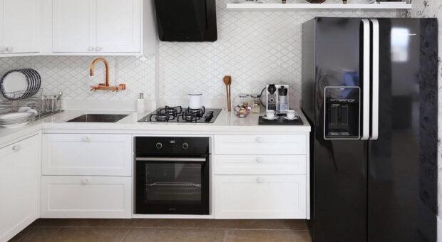 Geladeira preta: saiba como decorar a cozinha com essa peça marcante