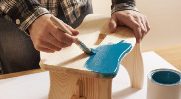 Tinta para madeira: tipos e tutoriais para colocar a pintura em prática