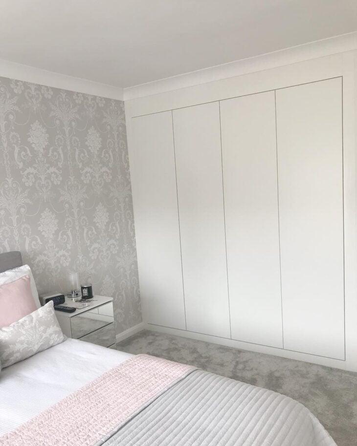 cama e armario brancos