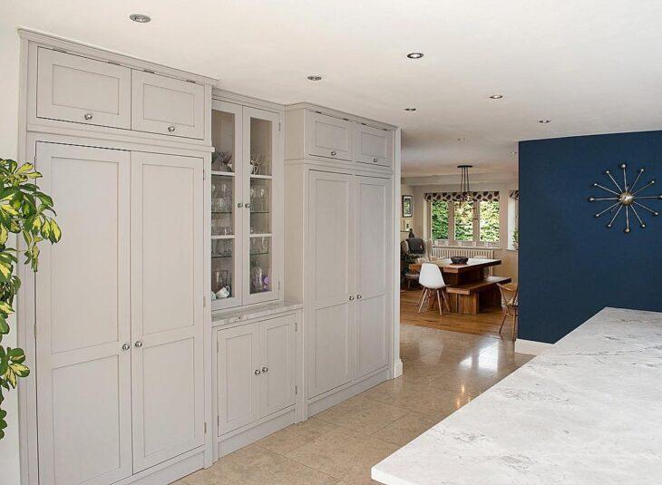 armario embutido branco com prateleira