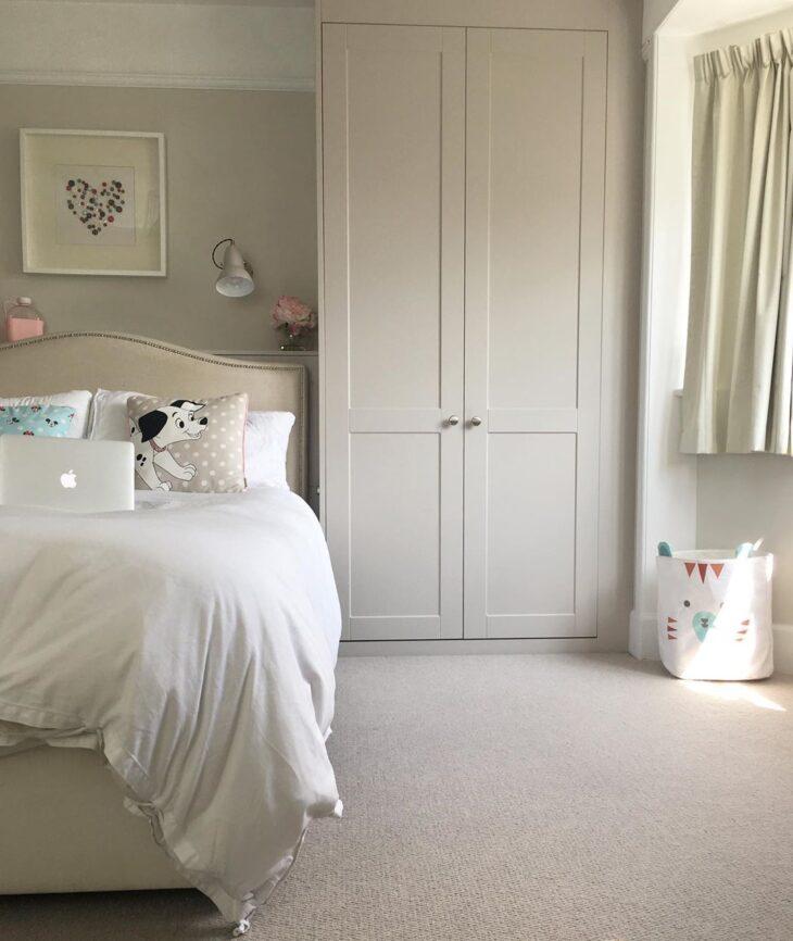 quarto monocromatico branco armario embutido