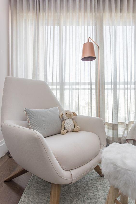 cadeira confortavel rosa com almofada