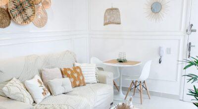 Palha e cobre se destacam na decoração de apartamento