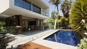 Dicas e 50 projetos incríveis para acertar no paisagismo para piscina