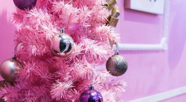 65 ideias de árvore de Natal rosa para inovar na decoração natalina